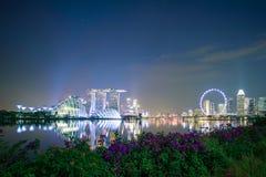 Panorama du paysage urbain de Singapour gratte-ciel de construction moderne de belles affaires autour de baie de marina la nuit p images libres de droits