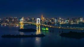 Panorama du paysage urbain de Tokyo et du pont en arc-en-ciel la nuit images libres de droits