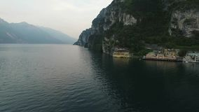 Panorama du policier magnifique de lac entouré par des montagnes, Italie Tir visuel avec le bourdon banque de vidéos