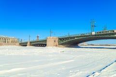 Panorama du pont de palais à St Petersburg Photographie stock libre de droits