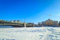 Panorama du pont de palais à St Petersburg Images stock