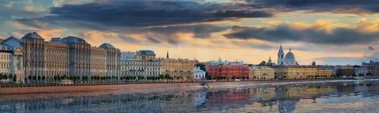 Panorama du remblai de Makarov à St Petersburg photo stock