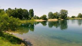Panorama du rivage de petit lac banque de vidéos