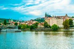 Panorama du St Vitus Cathedral à Prague au jour photos stock