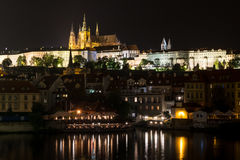 Panorama du St Vitus Cathedral à Prague la nuit photos stock