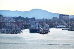 Panorama du vieux port avec les grues gauches, vue de mer, tôt le matin, au crépuscule et au lever de soleil tôt, Gênes, Italie image libre de droits