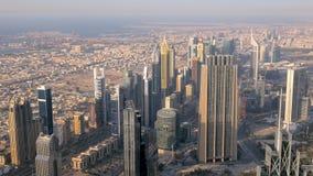 Panorama Dubaj miasto w wieczór na nowożytnych drapaczach chmur i linii brzegowej zbiory wideo