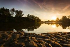 Panorama dzika rzeka z zmierzchu chmurnego nieba odbiciem w jesieni, Obrazy Royalty Free