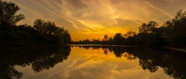 Panorama dzika rzeka z zmierzchu chmurnego nieba odbiciem w jesieni, Obrazy Stock