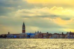 Panorama dzwonkowy wierza & x28 Wenecja, Marco; na background& x29; w obraz royalty free