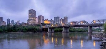 Panorama Edmonton linia horyzontu przy półmrokiem zdjęcia stock