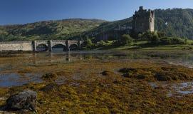 Panorama Eilean Donan kasztel na Pogodnym popołudniu w Szkocja Zdjęcie Stock