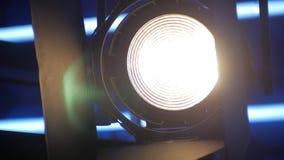 Panorama in einem Fernsehstudio, Scheinwerfer schaltet in Dunkelheit ein stock video footage