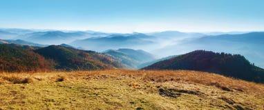 Panorama einer Ansicht der Hügel eines rauchigen Gebirgszugs herein umfasst Lizenzfreies Stockfoto