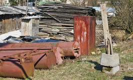 Panorama einer ländlichen Müllkippe - Eisen, Bretter, Betonblöcke Lizenzfreie Stockfotografie