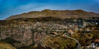 Panorama einer Labanese-Stadt in den Hochländern lizenzfreie stockfotos