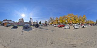 Panorama 360 einer Oldtimershow auf Bulevardul Cetatii, Targu Mures, Rumänien Stockbilder