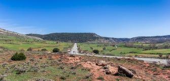 Panorama einer Straße durch die Landschaft von Kastilien y Leon, Badekurort Stockfoto