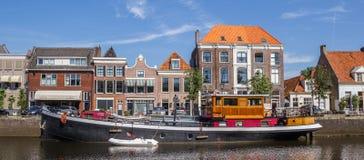 Panorama eines alten Schiffs in einem Kanal in Zwolle lizenzfreies stockbild