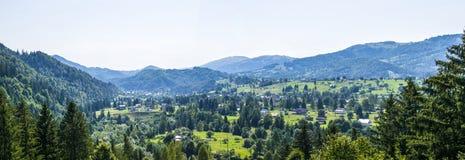 Panorama eines Bergdorfes lizenzfreie stockbilder