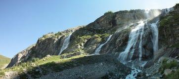 Panorama eines Berges mit Wasserfällen Stockbild