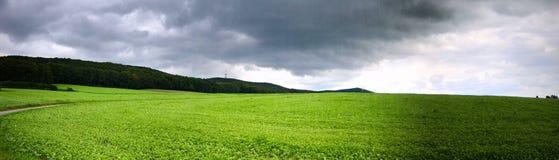 Panorama eines beunruhigenden Himmels nach einem Sturm über einem Landfeld lizenzfreie stockfotografie