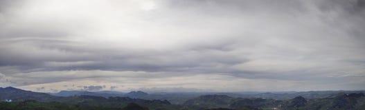 Panorama eines düsteren Himmels mit Sturmwolken lizenzfreies stockbild
