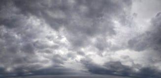 Panorama eines düsteren Himmels mit Sturmwolken lizenzfreies stockfoto