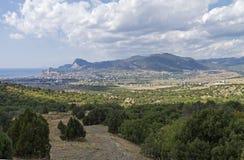 Panorama eines kleinen beliebten Erholungsorts in Krim vom Bergabhang Stockfotos