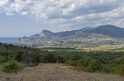 Panorama eines kleinen beliebten Erholungsorts in Krim vom Bergabhang Lizenzfreies Stockbild