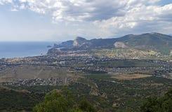 Panorama eines kleinen beliebten Erholungsorts in Krim von der Spitze des MOs Lizenzfreies Stockfoto