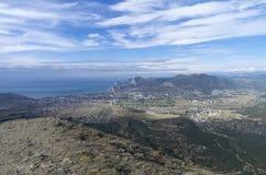 Panorama eines kleinen beliebten Erholungsorts in Krim von der Spitze des MOs Stockfotos