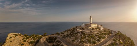 Panorama eines Leuchtturmes auf Mallorca bei Sonnenaufgang lizenzfreie stockbilder