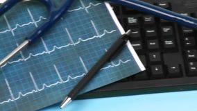 Panorama eines medizinischen Schreibtisches mit Ordnern und Stethoskop an