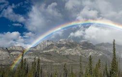 Panorama eines Regenbogens in Jasper National Park in Kanada mit mou Lizenzfreies Stockbild