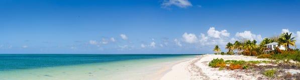 Panorama eines schönen karibischen Strandes lizenzfreie stockbilder