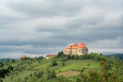 Panorama eines Schlosses auf einem Hügel Stockbild