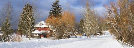 Panorama eines Schnees deckte Straße ab. Lizenzfreies Stockbild