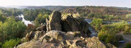 Panorama eines szenischen Waldberges und des Wassers des neuen Herbstes Stockbild