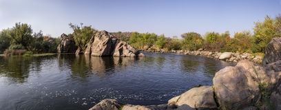 Panorama eines szenischen Waldberges und des Wassers des neuen Herbstes Lizenzfreies Stockfoto