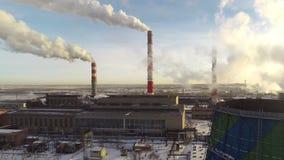 Panorama eines Wärmekraftwerks von einer großen Höhe stock video footage