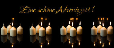 Panorama, Einführungsjahreszeit mit vielen Kerzen, deutscher Text Stockbilder