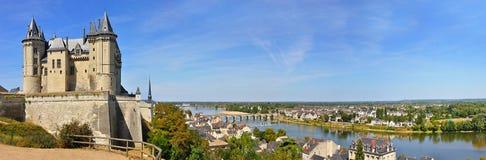 Panorama el castillo francés en el saumur Foto de archivo