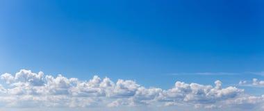 Panorama eller panorama- foto av blå himmel och moln eller cloudscape arkivfoto