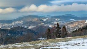 Panorama em picos de montanha com as baixas nuvens de suspensão imagens de stock