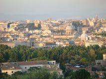 Panorama em Roma no final do dia com uma luz cor-de-rosa Italy Imagem de Stock Royalty Free