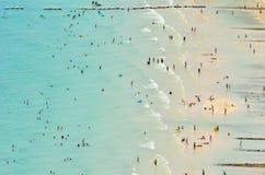 Panorama en activiteit op het strand Stock Foto's