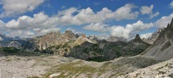 Panorama en dolomites avec Torre di Toblin de Tre Cime Photographie stock libre de droits