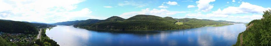 Panorama en el río Yeniséi y el pueblo Sliznevo fotos de archivo