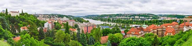 Panorama en el río de Moldava en Praga, República Checa Imagen de archivo